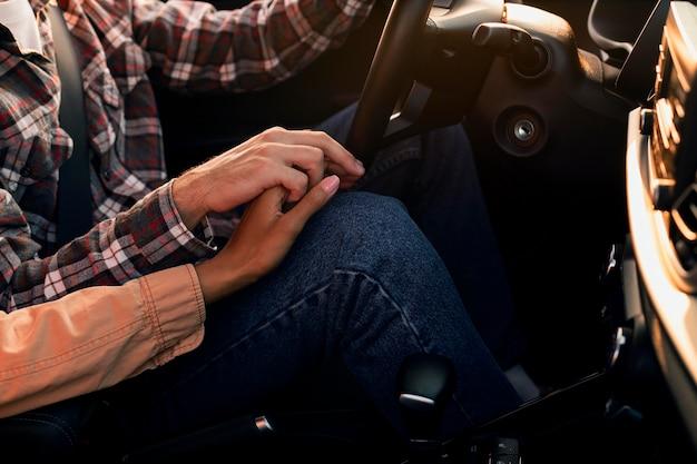 Para trzymając się za ręce podczas jazdy