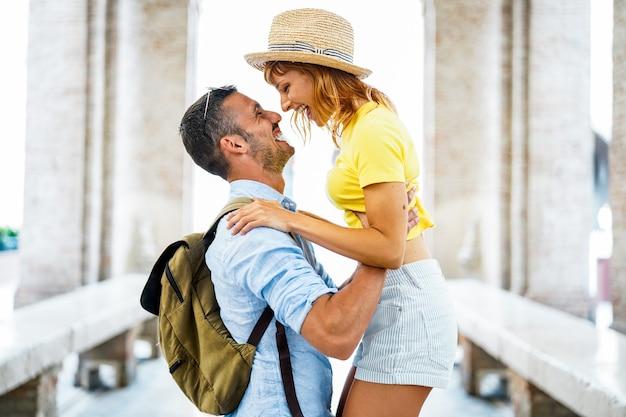 Para turystów bawiących się w mieście