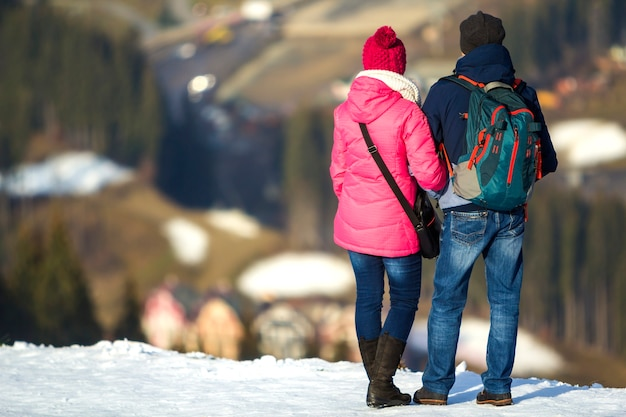 Para turystów korzystających z widoku na góry