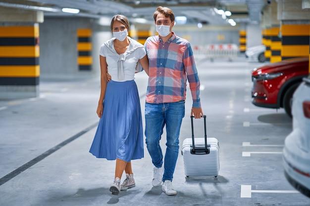Para turystów na podziemnym parkingu lotniska