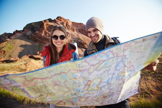 Para turystów, patrząc na mapę
