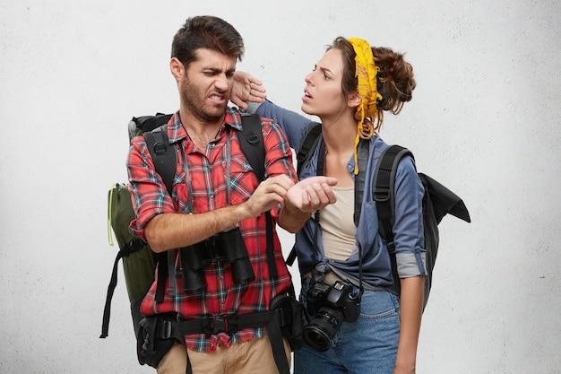 Para ubrana niedbale pozowanie