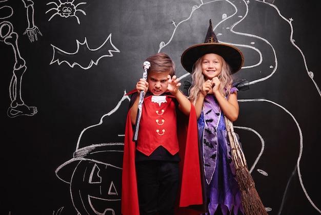 Para ubrana w kostium czarownicy i wampira