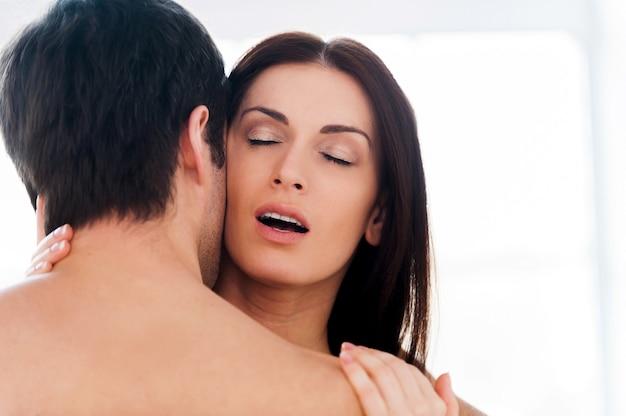 Para uprawiająca seks. piękna młoda kochająca para uprawia seks