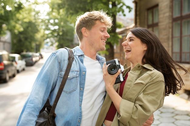 Para uśmieszków o średnim ujęciach z aparatem
