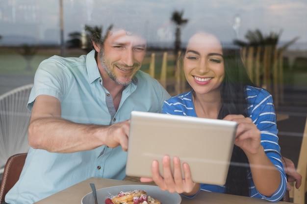 Para używa cyfrową pastylkę w bufecie