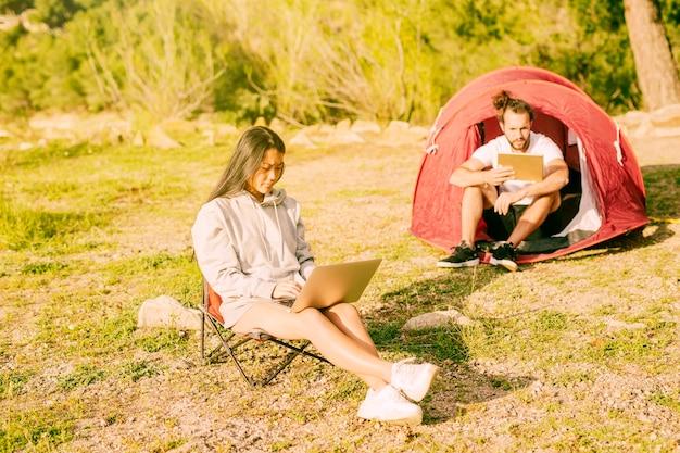 Para używa laptop i pastylkę pracuje outdoors