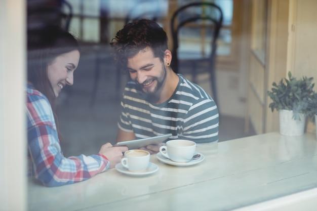 Para używa pastylka komputer przy kawiarnią