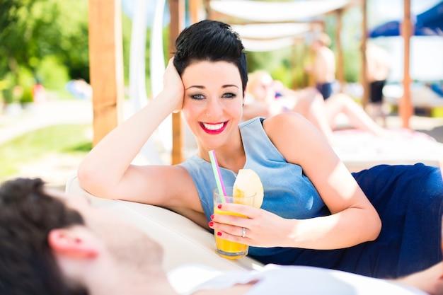 Para w barze na plaży relaks przy drinku