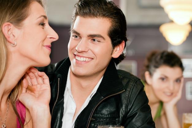 Para w barze picia piwa flirtować