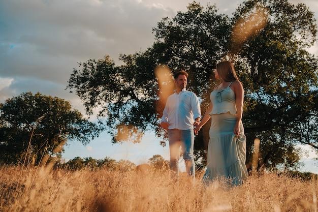 Para w ciąży spacerująca po przyrodzie estremadury