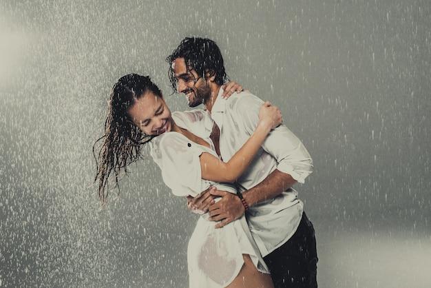 Para w deszczu