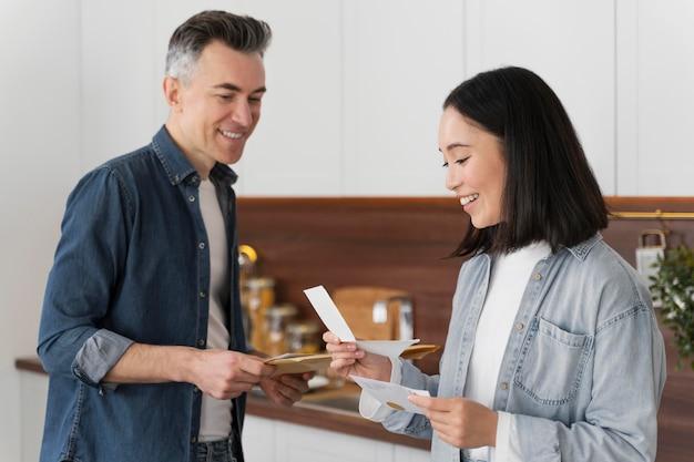 Para w domu, czytanie poczty