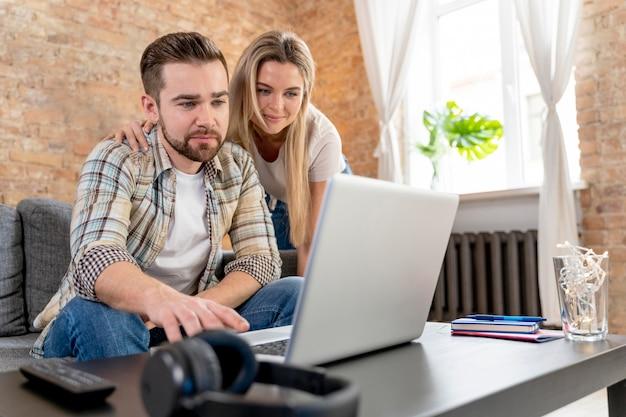 Para w domu po wideokonferencji z rodziną