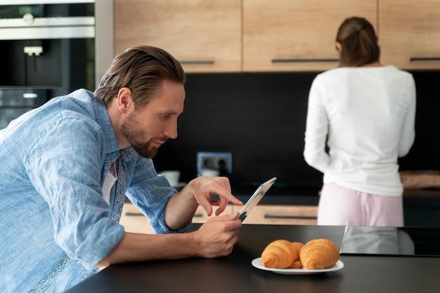 Para w domu robi prace domowe