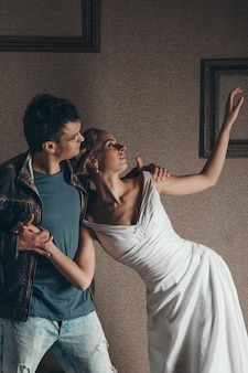 Para w domu, trzymając się za ręce