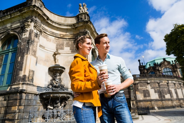 Para w dreźnie w zwinger z kawy