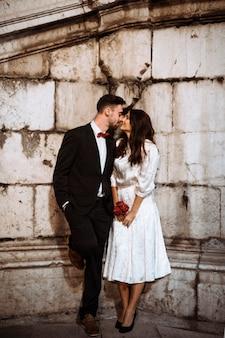 Para w eleganckie ubrania, całując na ulicy