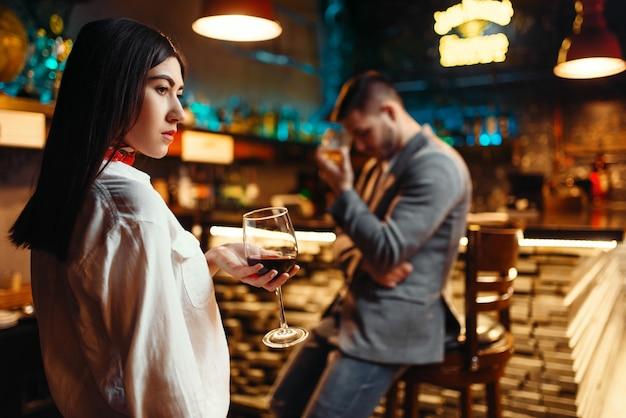 Para w kłótni, mężczyzna i kobieta wyjaśniają związek w barze. kochankowie w pubie, mąż i żona w nocnym klubie, zły humor