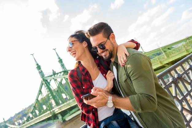Para w mieście cieszy się zawartością swojego telefonu komórkowego