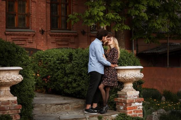 Para w mieście. randka latem. spacer po starym mieście. pozowanie