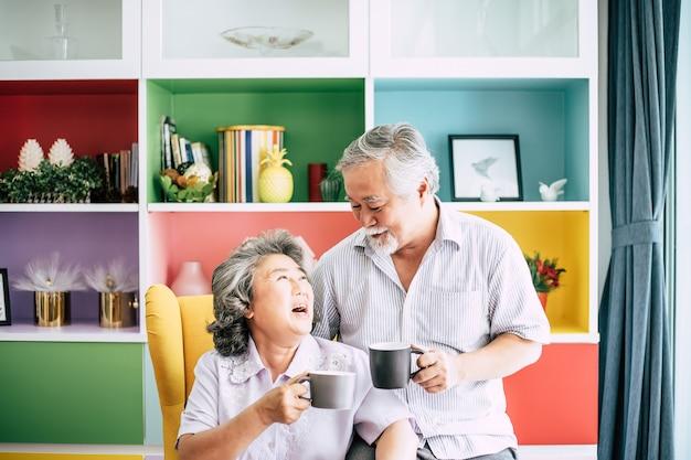 Para w podeszłym wieku rozmawiając razem i pijąc kawę lub mleko