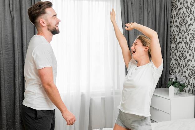Para w pomieszczeniu razem szczęśliwy