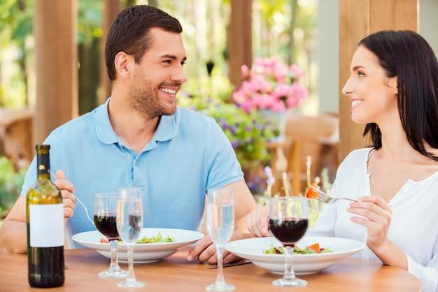 Para w restauracji. piękna młoda kochająca para relaksuje się w restauracji na świeżym powietrzu razem