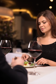 Para w restauracji. piękna młoda para spędzająca czas w restauracji?