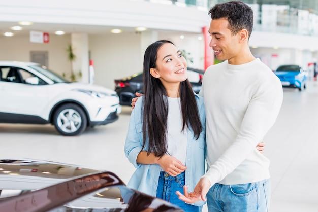 Para w salonie samochodowym