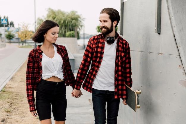 Para w skate parku trzymając się za ręce