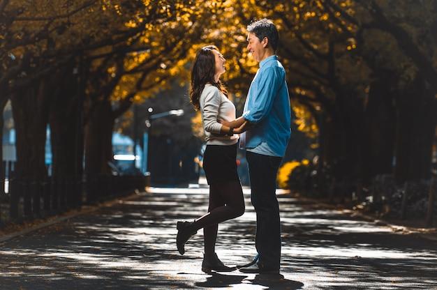 Para w średnim wieku spędza razem czas w tokio w słoneczny jesienny dzień