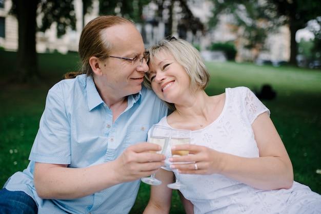 Para w średnim wieku z psem na pikniku
