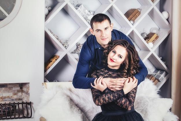 Para w świątecznej nowoczesnej modzie wnętrza domu