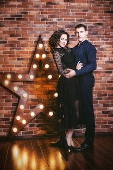 Para w świątecznym nowoczesnym wnętrzu z modą świecących świateł