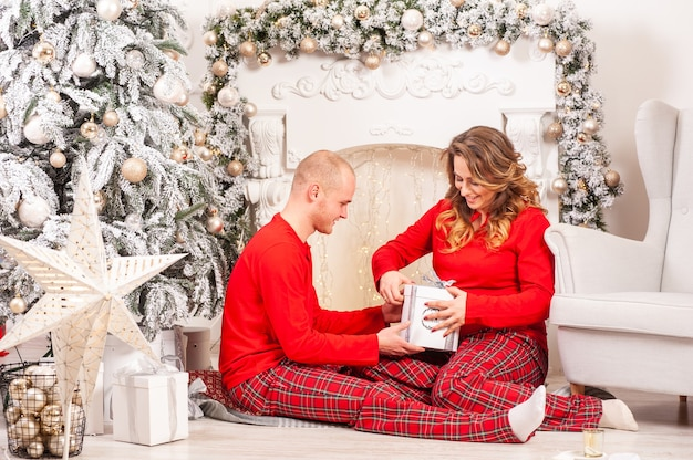 Para w świątecznym wnętrzu kobieta w ciąży