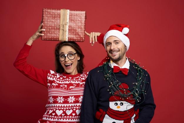 Para w świetnym świątecznym nastroju
