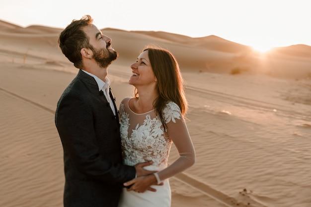 Para w swoich sukniach ślubnych na pustyni