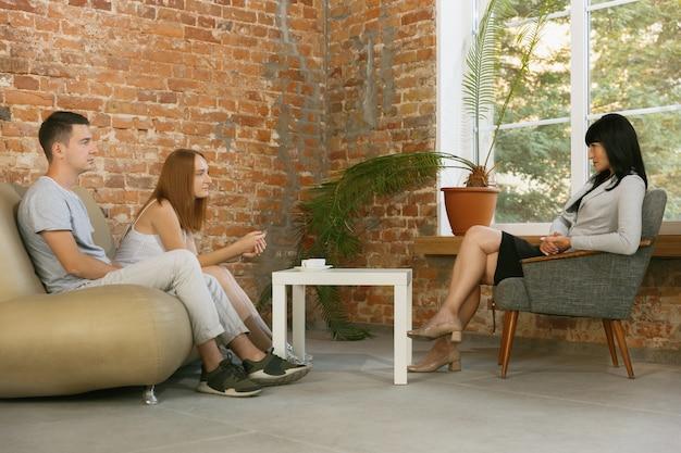 Para w trakcie terapii lub poradnictwa małżeńskiego. psycholog, doradca, terapeuta lub konsultant ds. relacji udzielający porad. mężczyzna i kobieta siedzą na sesji psychoterapii. rodzina, koncepcja zdrowia psychicznego.