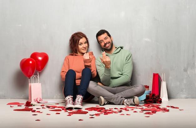 Para w valentine dzień zaprasza przychodzić z ręką