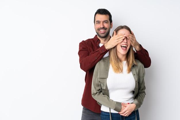 Para w walentynki nad izolowaną ścianą zakrywającą oczy, aby go zaskoczyć