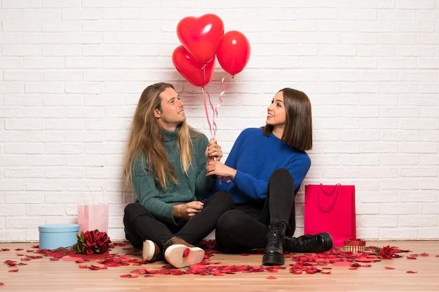 Para w walentynki z balonami w kształcie serca