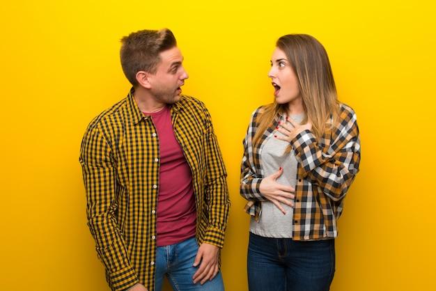 Para w walentynki z niespodzianką i zszokowany wyraz twarzy