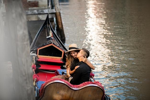 Para w wenecja siedzi w gondoli