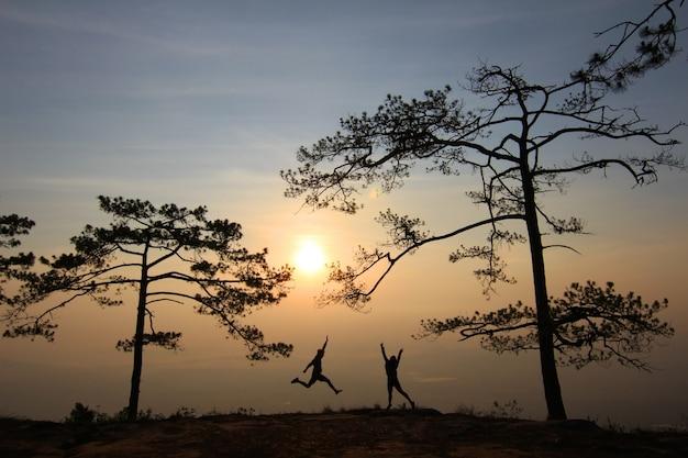 Para w wieczornym świetle z góry i mgła na tle.