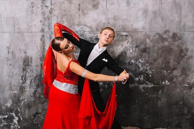 Para waltzing blisko szarości ściany