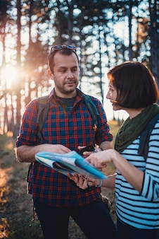 Para wędrówki w lesie za pomocą mapy i smartfona