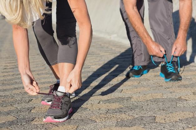 Para wiąże ich koronki buty do biegania