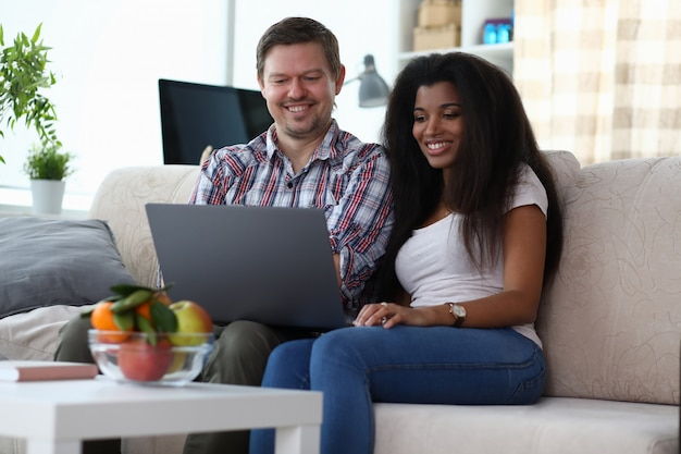 Para wieloetnicznego za pomocą laptopa