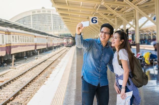 Para wieloetnicznych podróżujących bierze selfie zdjęcie siebie
